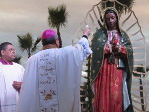 el-arzobispo-mons-francisco-moreno-barron-bendiciendo-la-imagen-de-la-virgen