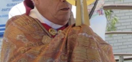 El Arzobispo Don Rafael Romo en la procesión con el Santísimo Sacramento